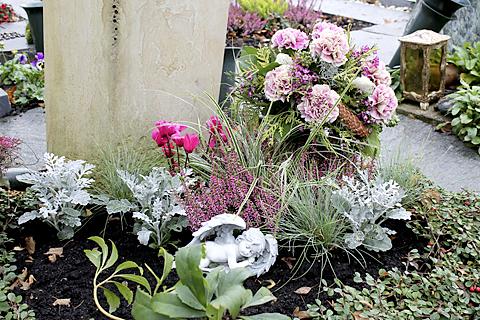 Herbstliche Grabbepflanzung auf Urnengrab